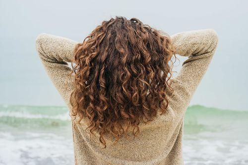 applying gel to curly hair, scrunching hair with gel